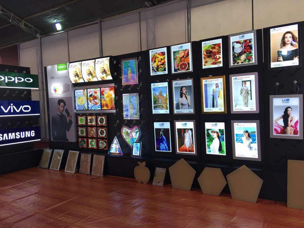 hộp đèn quảng cáo led được trưng bày ngay ngắn tại triển lãm