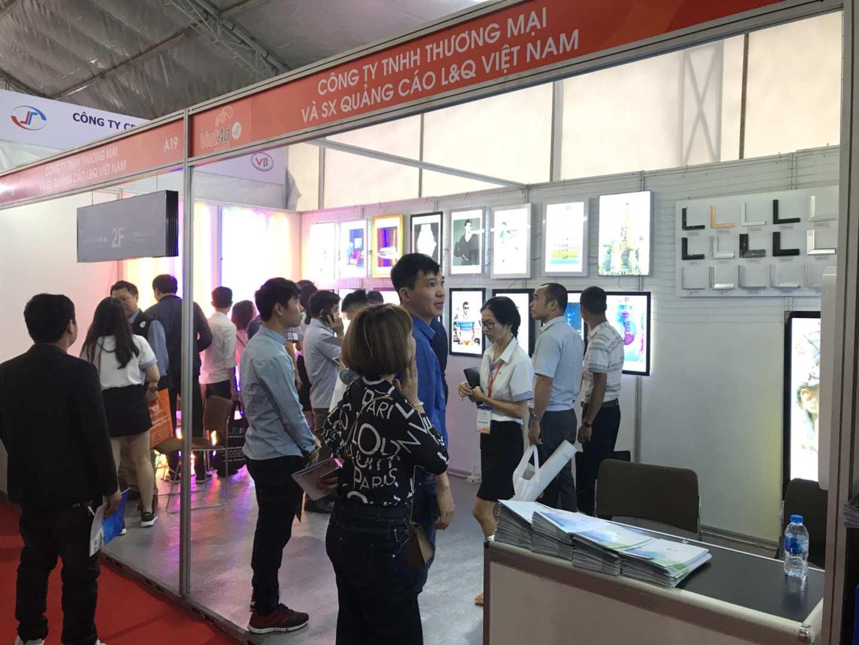 khách tham quan tấp nập tại gian hàng quảng cáo của lq lightbox việt nam