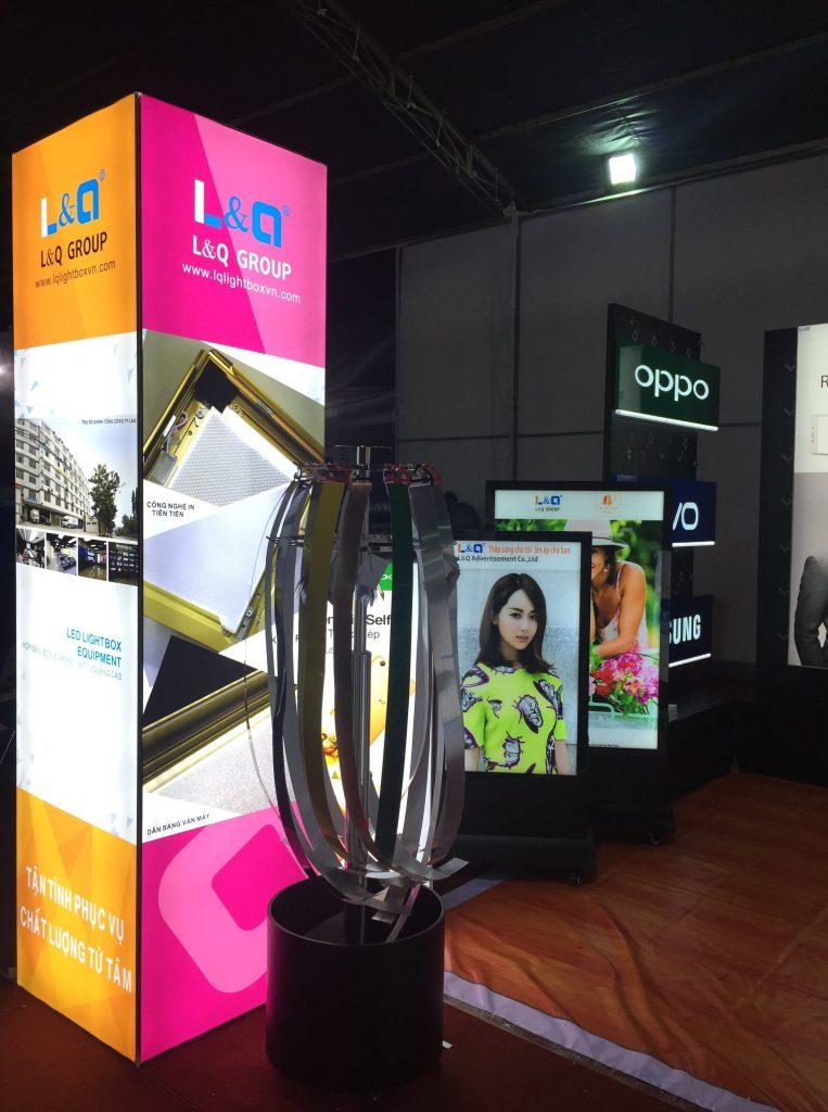bên trong khung trưng bày hộp đèn quảng cáo l&q việt nam