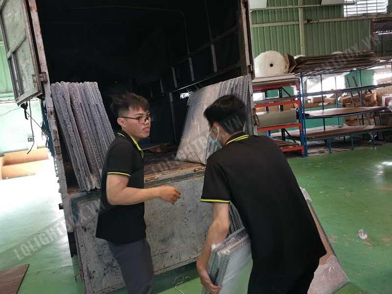 công nhân lightbox đóng gói gửi hàng 1