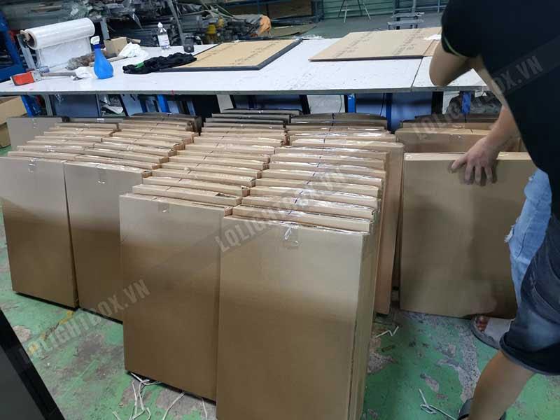 công nhân lightbox đóng gói gửi hàng 3