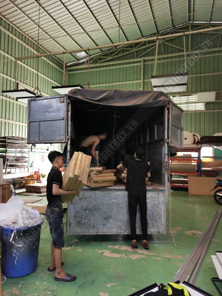 công nhân lightbox đóng gói gửi hàng 6