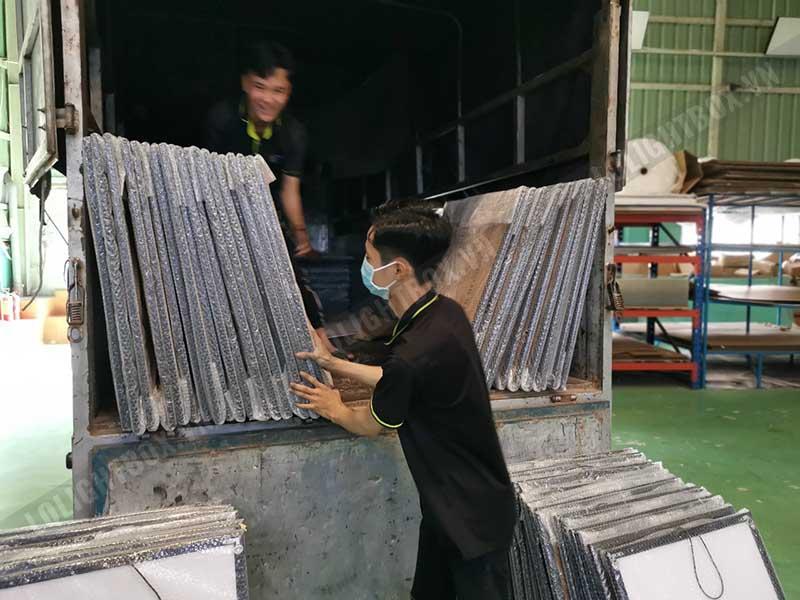 công nhân lightbox đóng gói gửi hàng 8