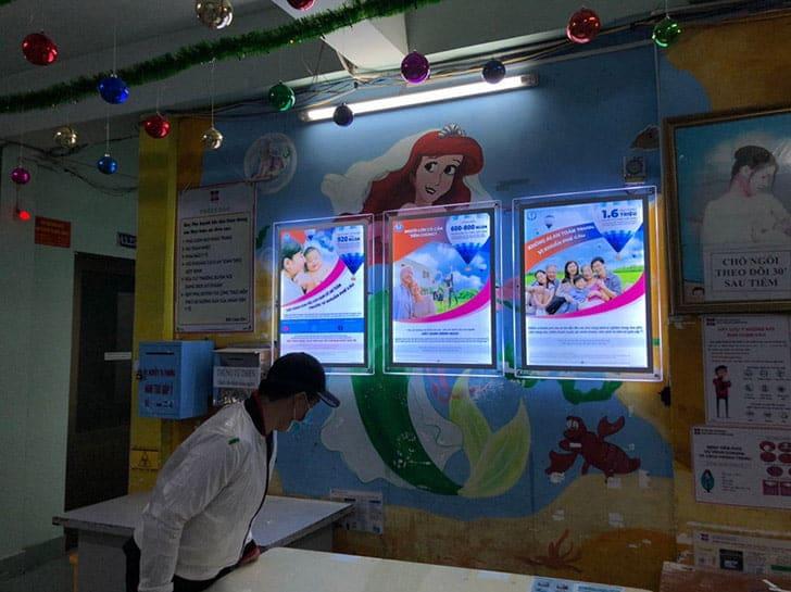 hộp đèn quảng cáo thủy tinh tại công ty pfizer inc 3