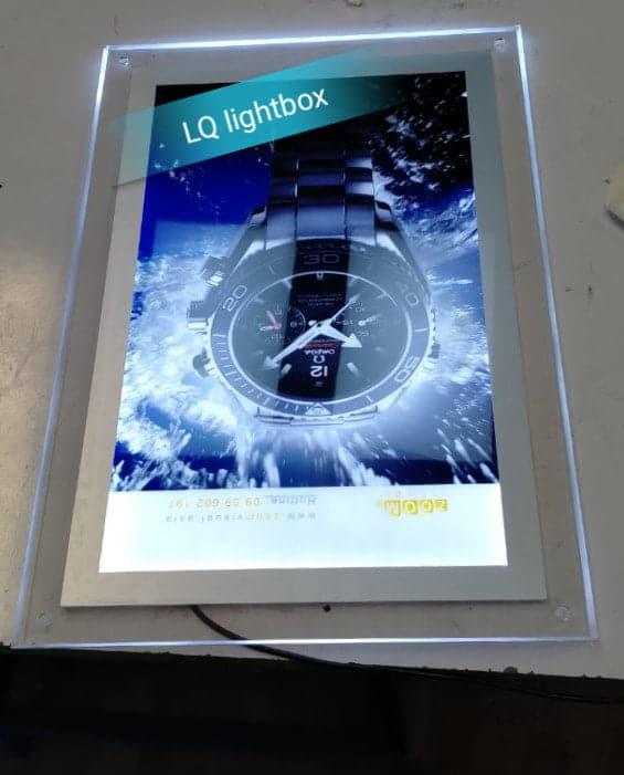 hộp đèn quảng cáo thủy tinh lightbox sáng trọng giới thiệu đồng hồ
