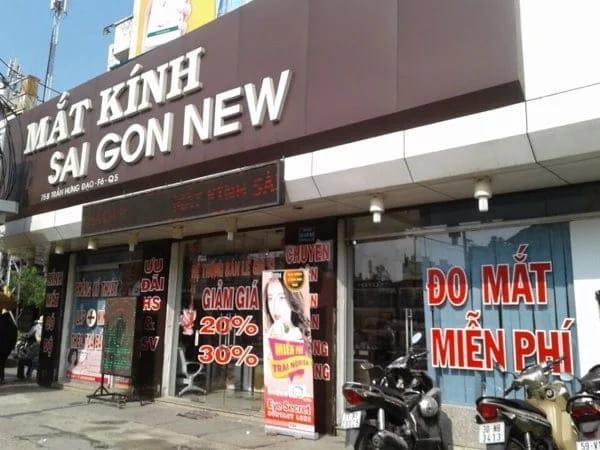 Một cửa hàng mắt kính với hình thức quảng cáo