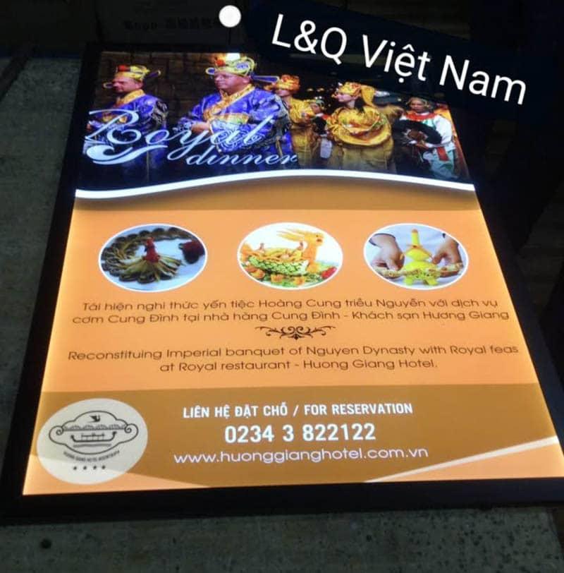 hộp đèn quảng cáo đồ ăn phong cách cung đình tại nhà hàng